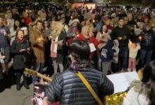 Image of Kirk Cameron leading Christmas singing