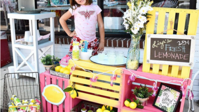 Picture of Lisa Scott and her lemonade stand